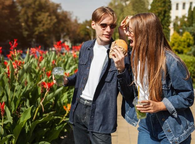Przyjaciele na świeżym powietrzu, jedzenie fast food