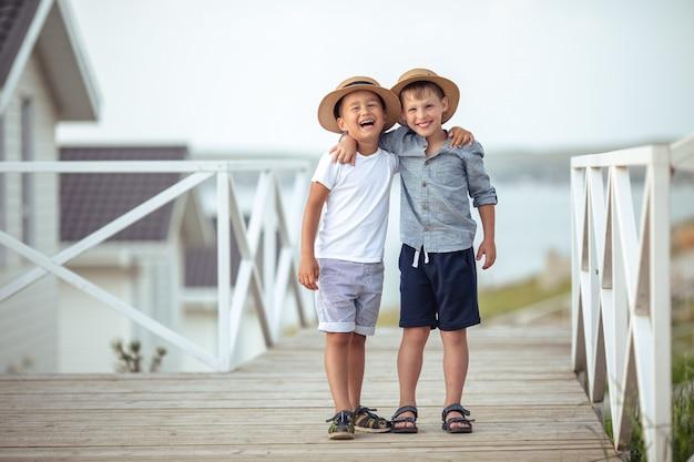 Przyjaciele na zawsze. dwóch wesołych chłopców wodniak kapelusz zabawy śmiechu