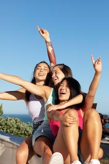 Przyjaciele nastolatków bawią się latem