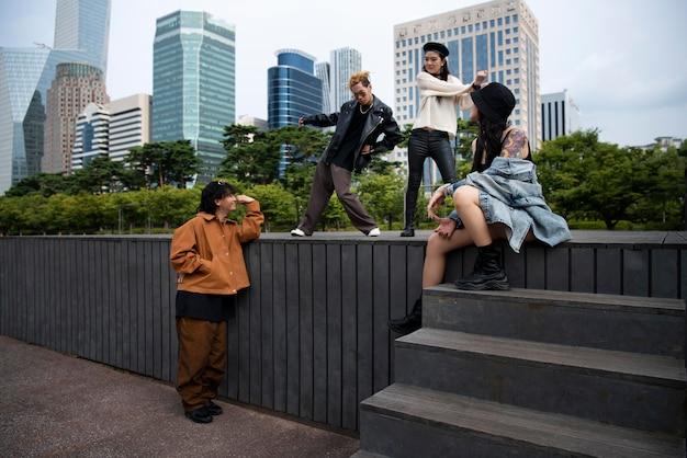 Przyjaciele noszący ubrania estetyki k-pop