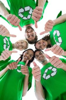 Przyjaciele noszenia recyklingu tshirts tworząc skupisko