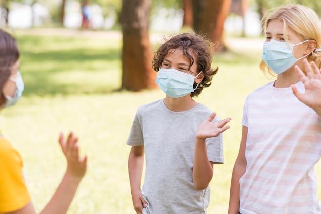Przyjaciele noszenie maski na zewnątrz