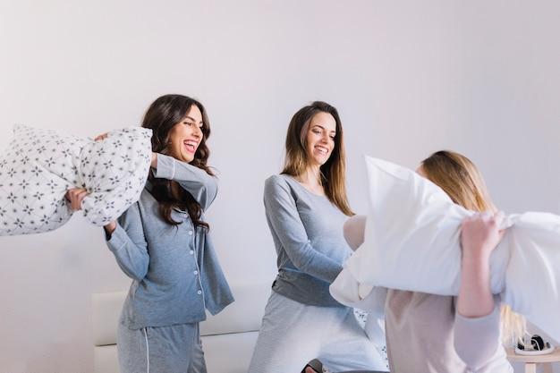 Przyjaciele o bitwę na poduszki