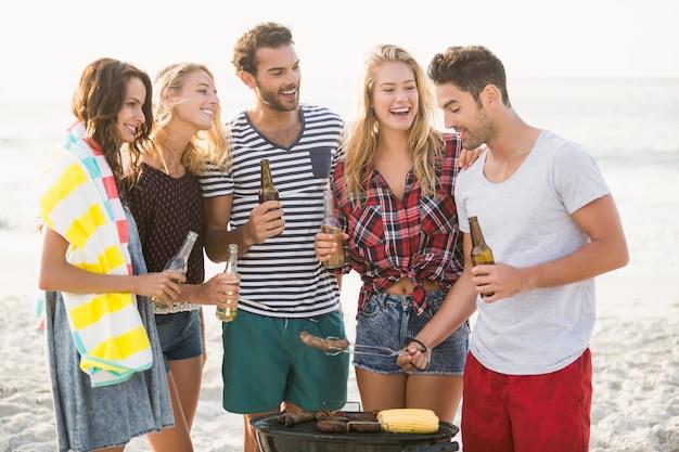Przyjaciele o grillu