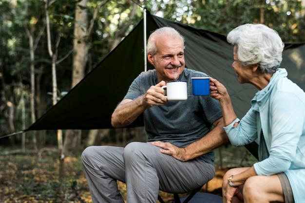 Przyjaciele o kawie na kempingu