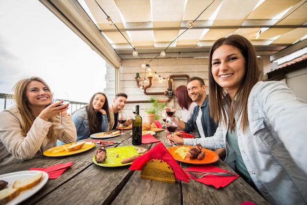 Przyjaciele obiad w domu