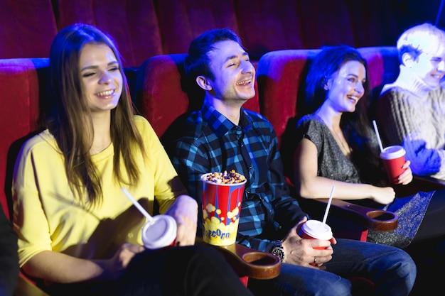 Przyjaciele oglądają filmy w kinie