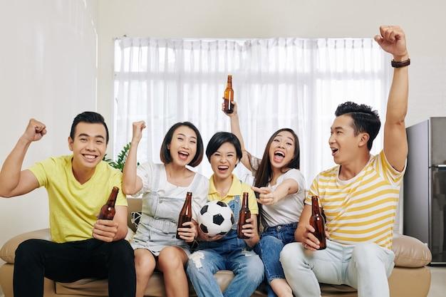 Przyjaciele oglądając mecz piłki nożnej