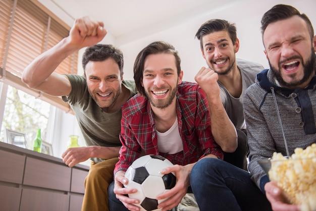 Przyjaciele oglądający mecz piłki nożnej