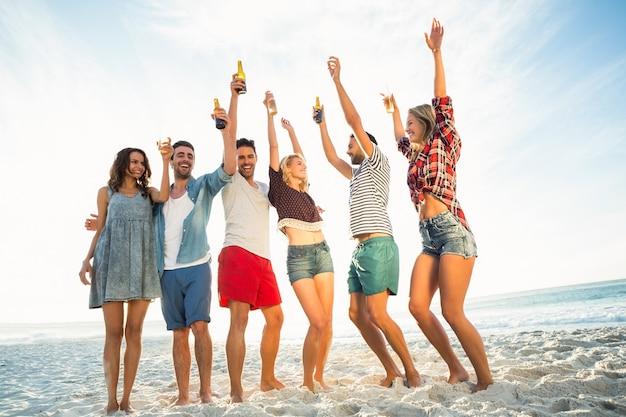 Przyjaciele opiekania na plaży