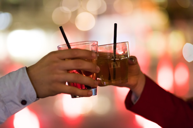 Przyjaciele opiekania szklanki w dyskotece