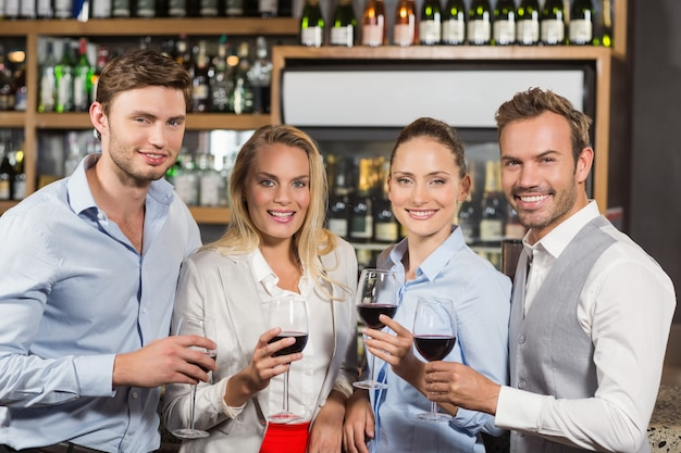 Przyjaciele opiekania z czerwonego wina