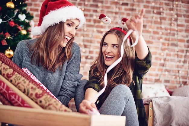 Przyjaciele pakują świąteczny prezent