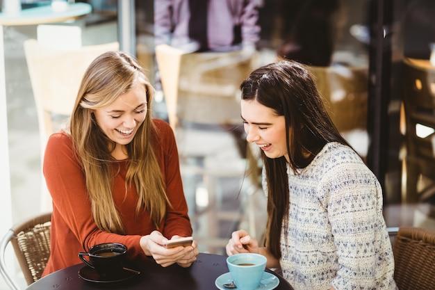 Przyjaciele patrząc na smartfona