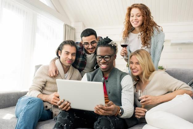 Przyjaciele patrząc na zdjęcia na laptopie