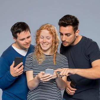Przyjaciele patrząc razem na telefon