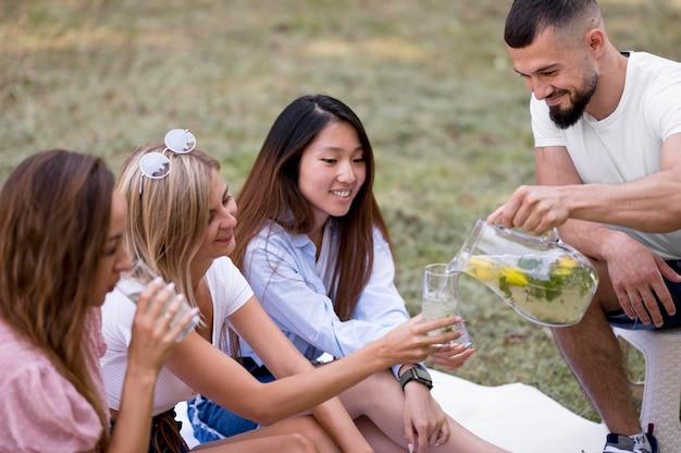 Przyjaciele picia lemoniady razem na zewnątrz