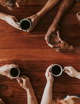 Przyjaciele piją kawę i rozmawiają w kawiarni?
