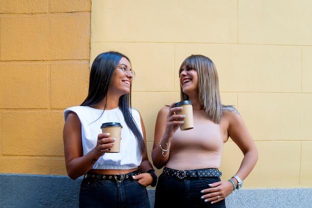 Przyjaciele piją kawę po południu