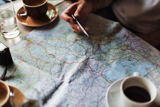 Przyjaciele piją kawę w kawiarni?