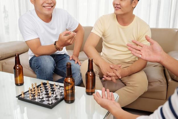 Przyjaciele piją piwo i rozmawiają