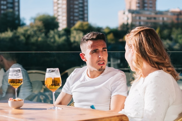 Przyjaciele piją piwo podczas spotkania z przyjaciółmi w barze lub restauracji.
