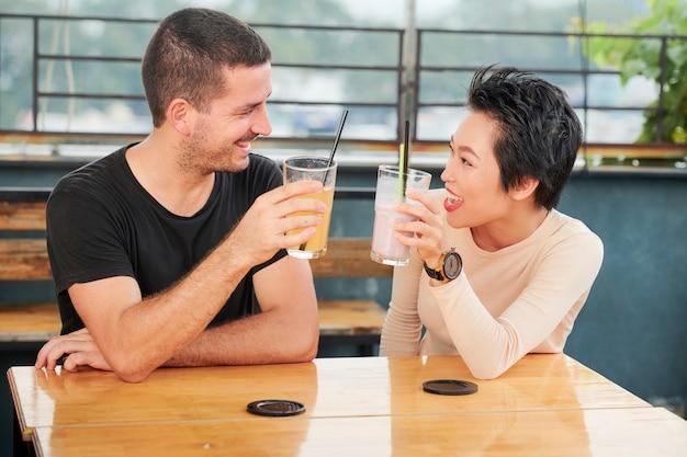 Przyjaciele piją smaczne koktajle