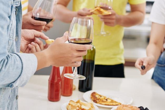 Przyjaciele piją wino na imprezie