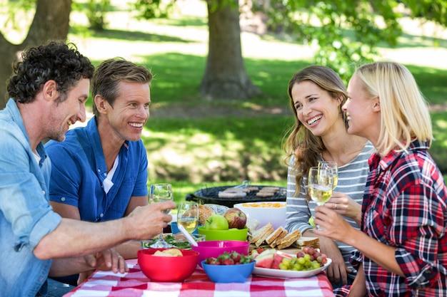 Przyjaciele pikniku z winem