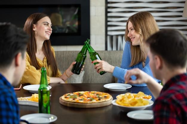 Przyjaciele po drinku w barze