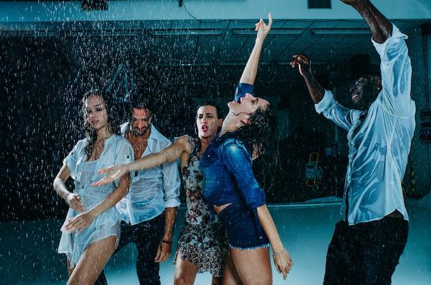 Przyjaciele pod deszczem