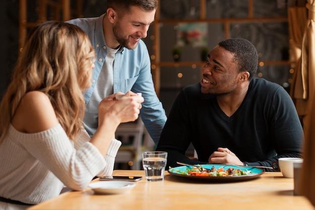 Przyjaciele pod dużym kątem w restauracji