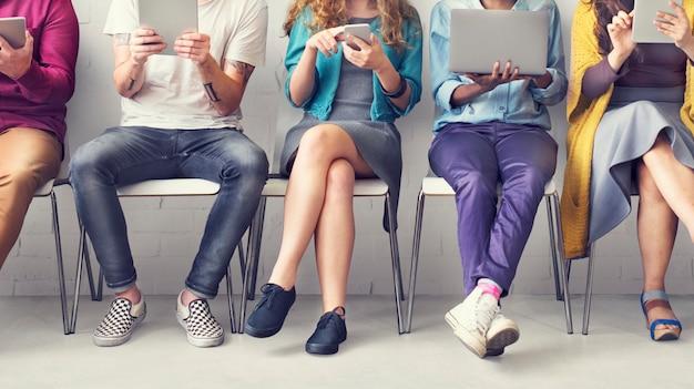 Przyjaciele podłączają cyfrowych przyrządów technologii sieci pojęcie