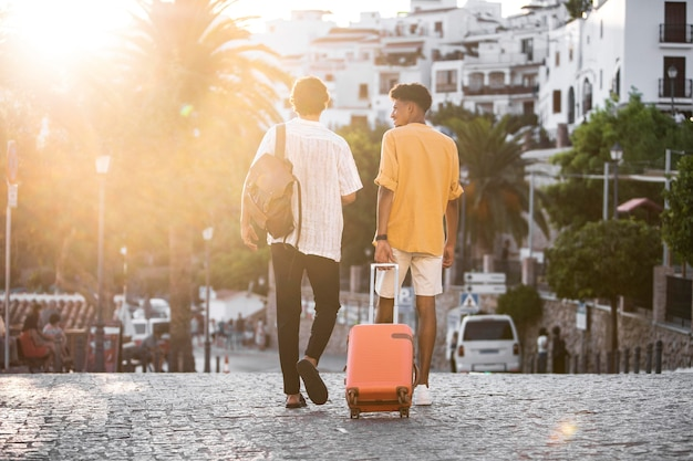 Przyjaciele podróżujący i odkrywający nowe miejsca