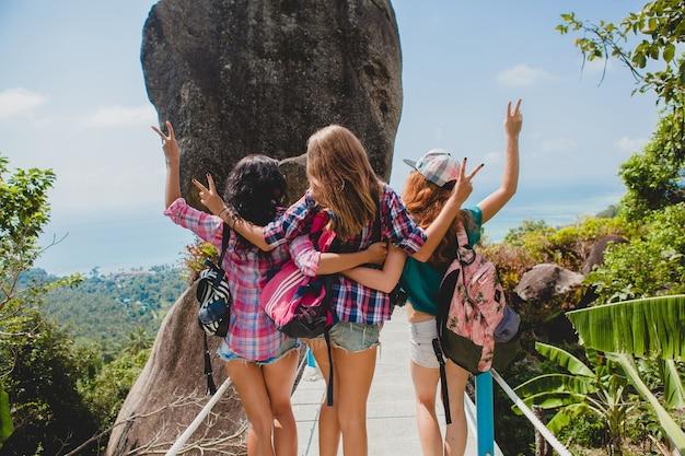 Przyjaciele podróżujący razem po azji z plecakami