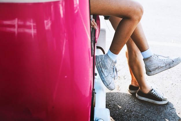 Przyjaciele podróżujący różowym pojazdem