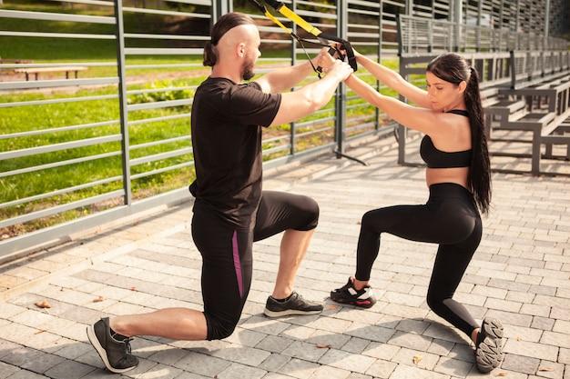 Przyjaciele pomagają sobie nawzajem w ćwiczeniach