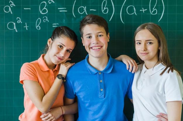 Przyjaciele pozują do klasy matematyki