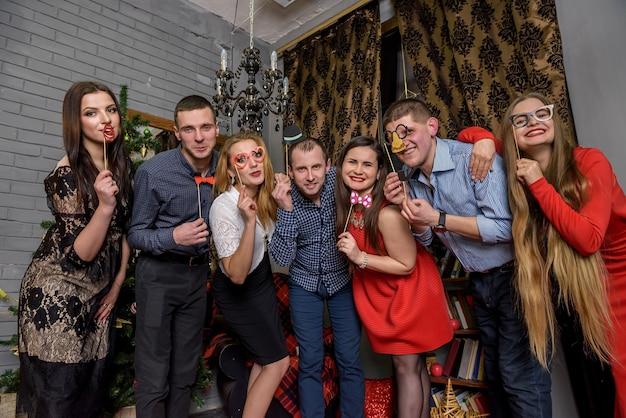 Przyjaciele pozują razem na imprezie sylwestrowej