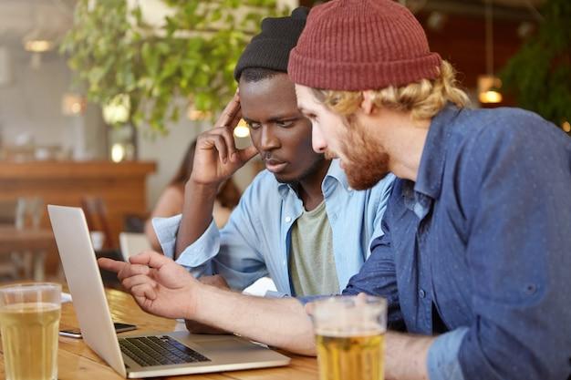 Przyjaciele pracujący razem w pubie
