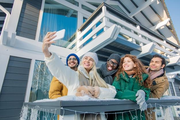 Przyjaciele przy selfie na smartfonie