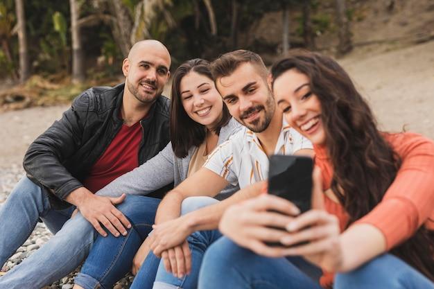 Przyjaciele przy selfie