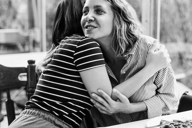 Przyjaciele przytulanie w restauracji