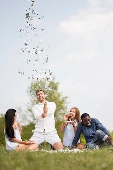 Przyjaciele puszczają konfetti na grillu