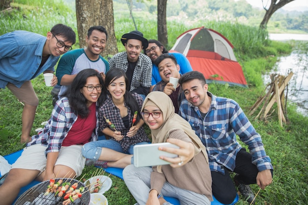 Przyjaciele razem camping selfie
