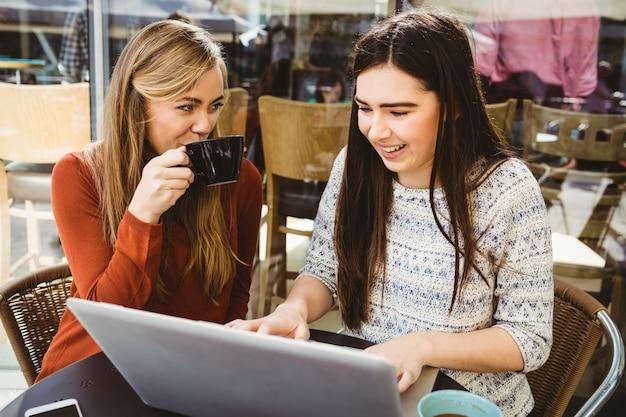 Przyjaciele razem korzysta z laptopa