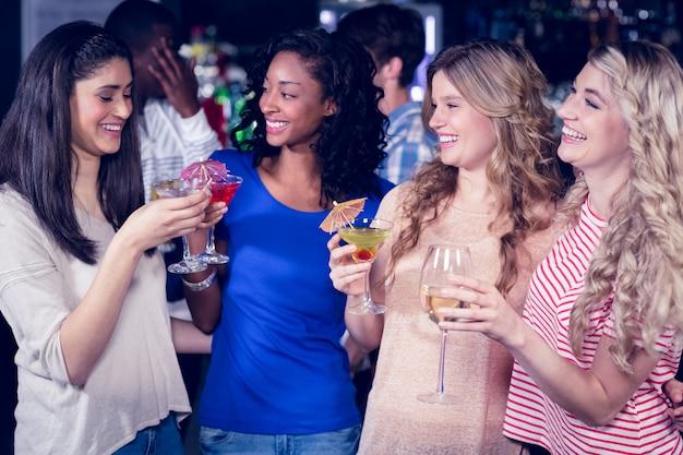 Przyjaciele razem piją koktajle