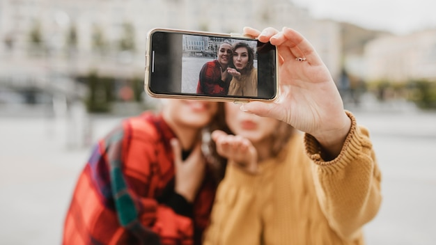 Przyjaciele razem robienia selfie na świeżym powietrzu