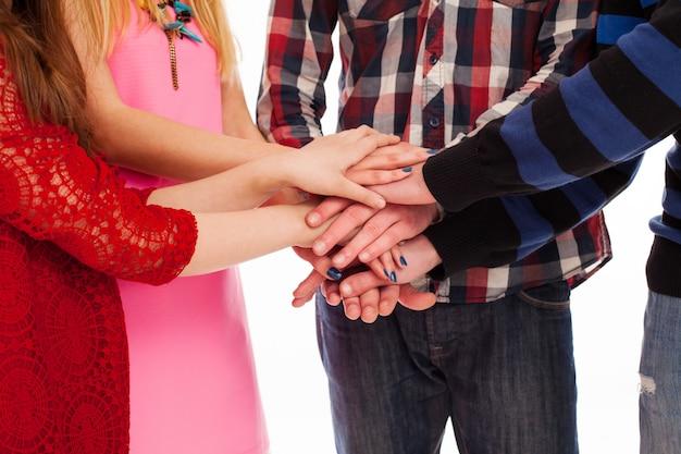 Przyjaciele razem trzymając się za ręce