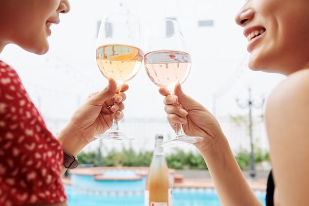 Przyjaciele relaksujący się przy basenie